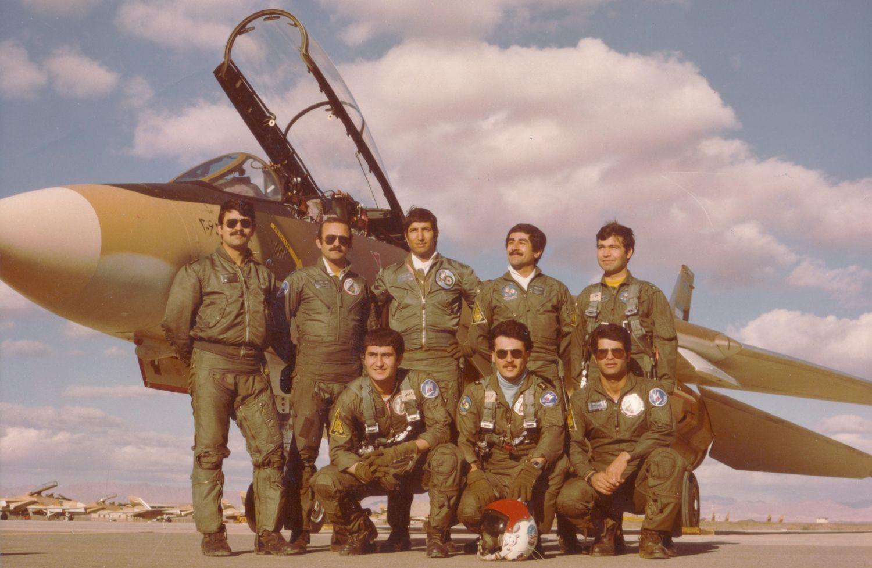 Irańscy piloci F-14. Pierwszy z lewej Dżalil Zandi (1951–2001), powszechnie uznawany za najskuteczniejszego pilota latającego na tych myśliwcach (w publikacjach istnieje niestety duży rozziew w kwestii liczby jego zestrzeleń, największa spotykana to 11) (fot. wojska lotnicze Islamskiej Republiki Iranu, domena publiczna)