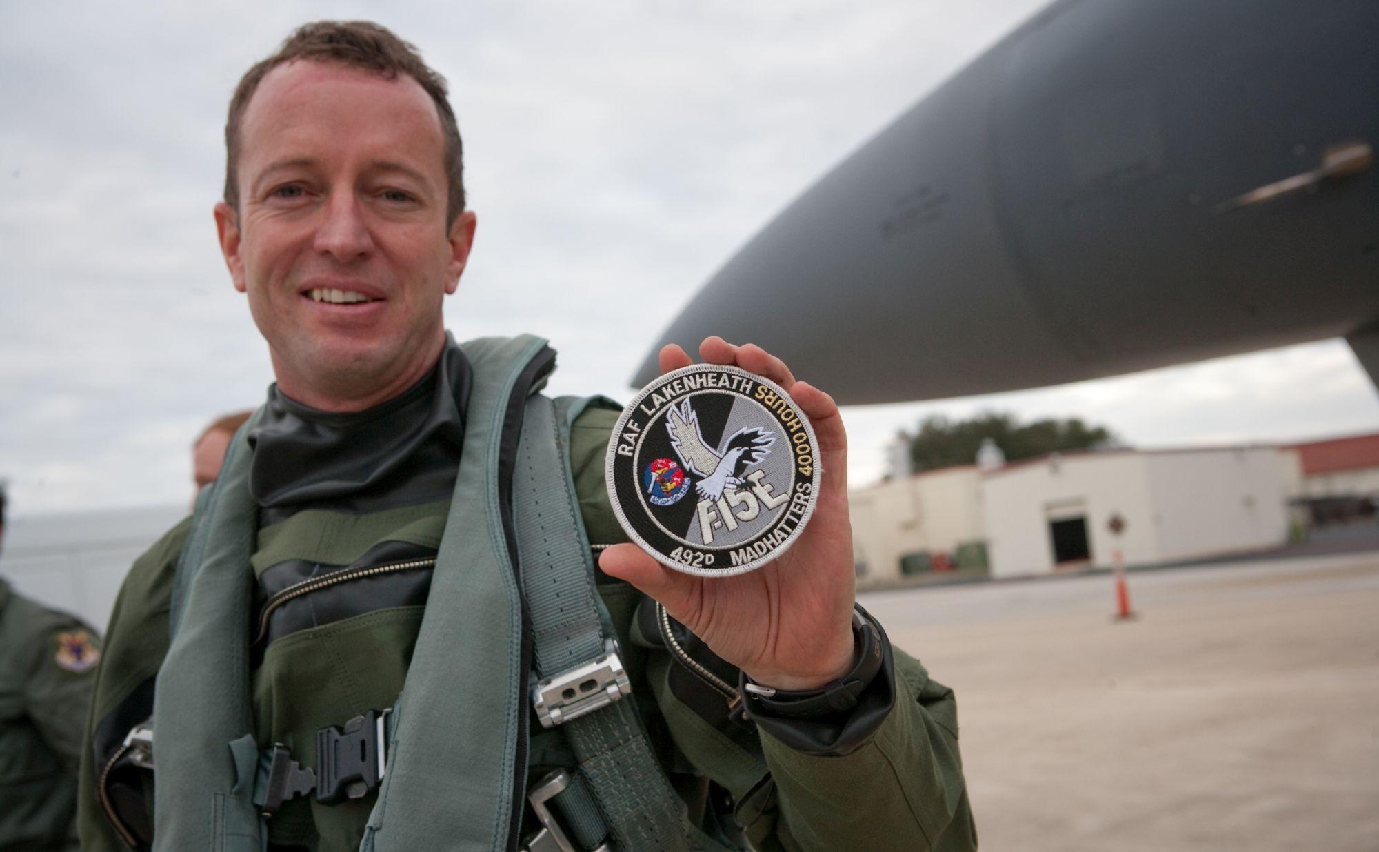 Podpułkownik David Iverson, ówczesny dowódca 492. Eskadry Myśliwskiej, chwali się pamiątkową naszywką za 4000 godzin nalotu na F-15 (fot. US Air Force / Boeing / Lance Cheung)