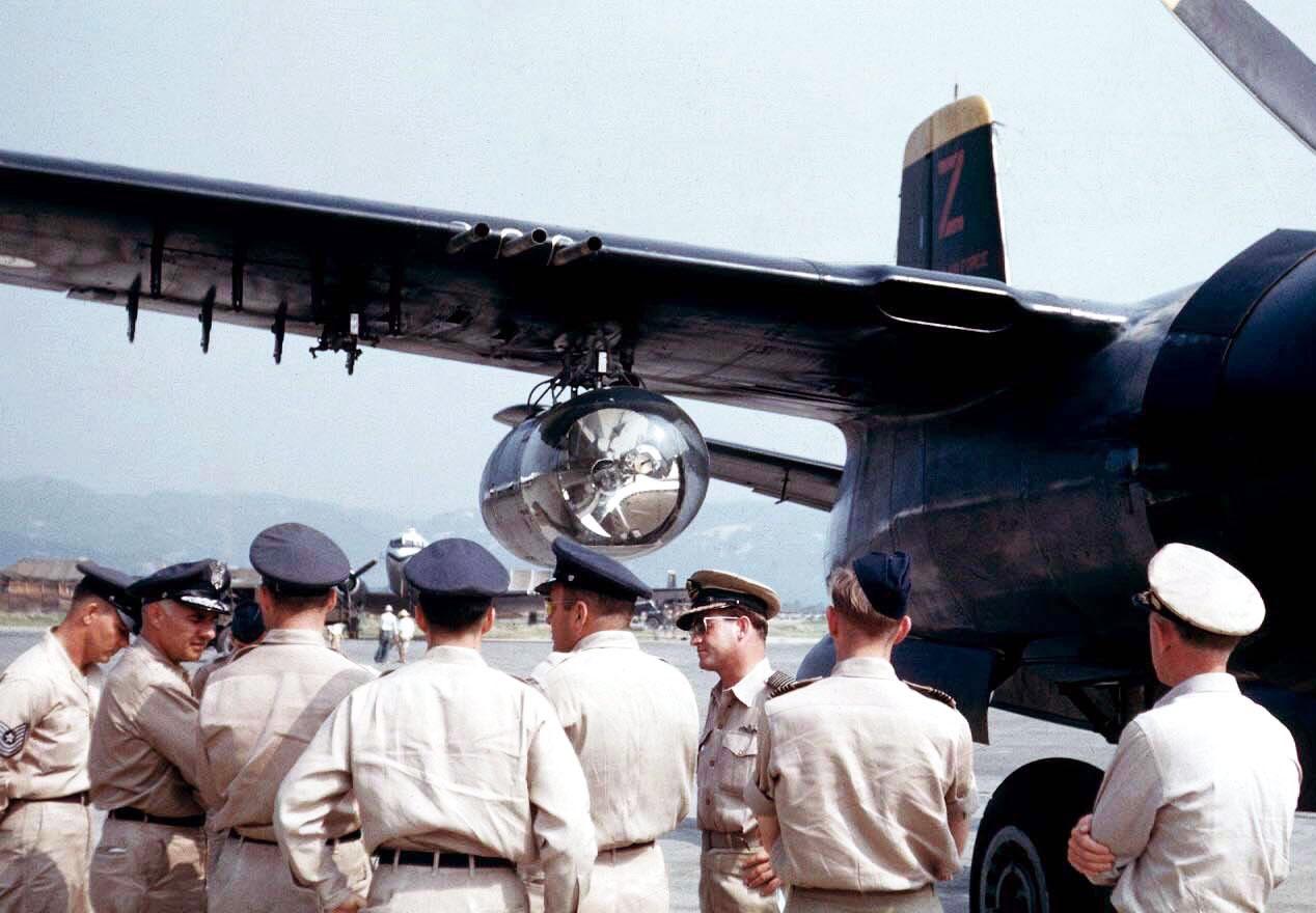 john walmsley korea | Reflektor pod skrzydłem Invadera