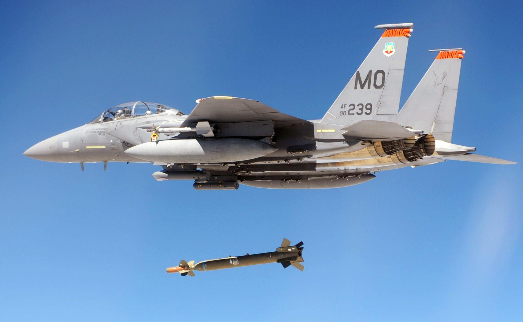 F-15E Strike Eagle zrzuca bombę GBU-28 (fot. US Air Force)