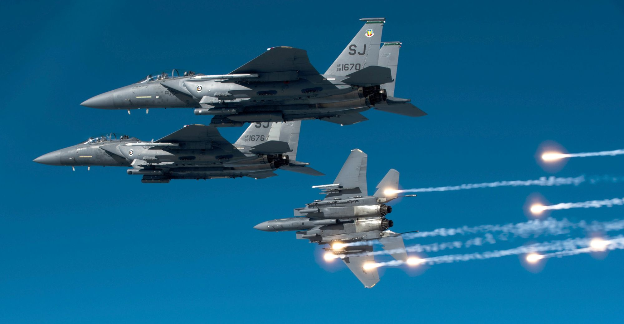 F-15E w trakcie lotu szkoleniowego na Karoliną Północną (fot. US Air Force / Staff Sgt. Michael B. Keller)