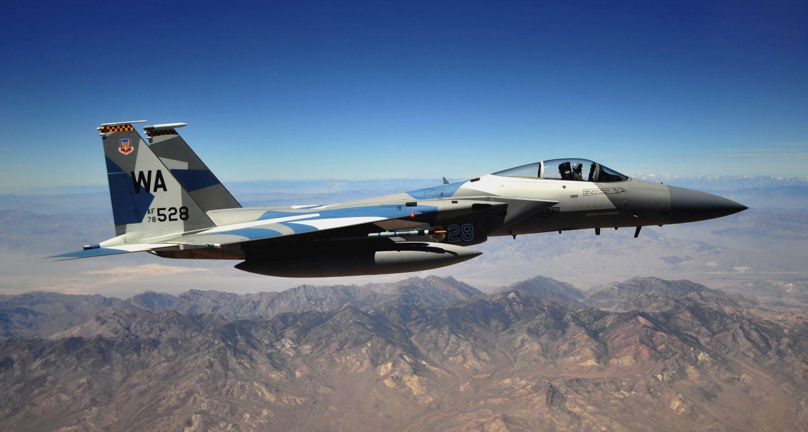 """W szerokim wachlarzu zadań wykonywanych przez F-15 zawiera się także służba w eskadrach """"Agresorów"""", pomagających w szkoleniu i rozwijaniu umiejętności amerykańskich pilotów (fot. US Air Force)"""