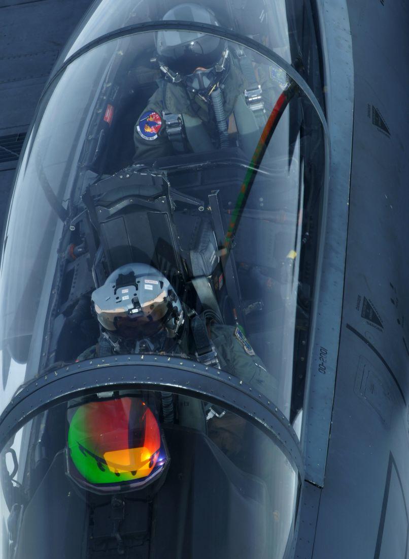 Załoga w kabinie F-15E (fot. US Air Force)