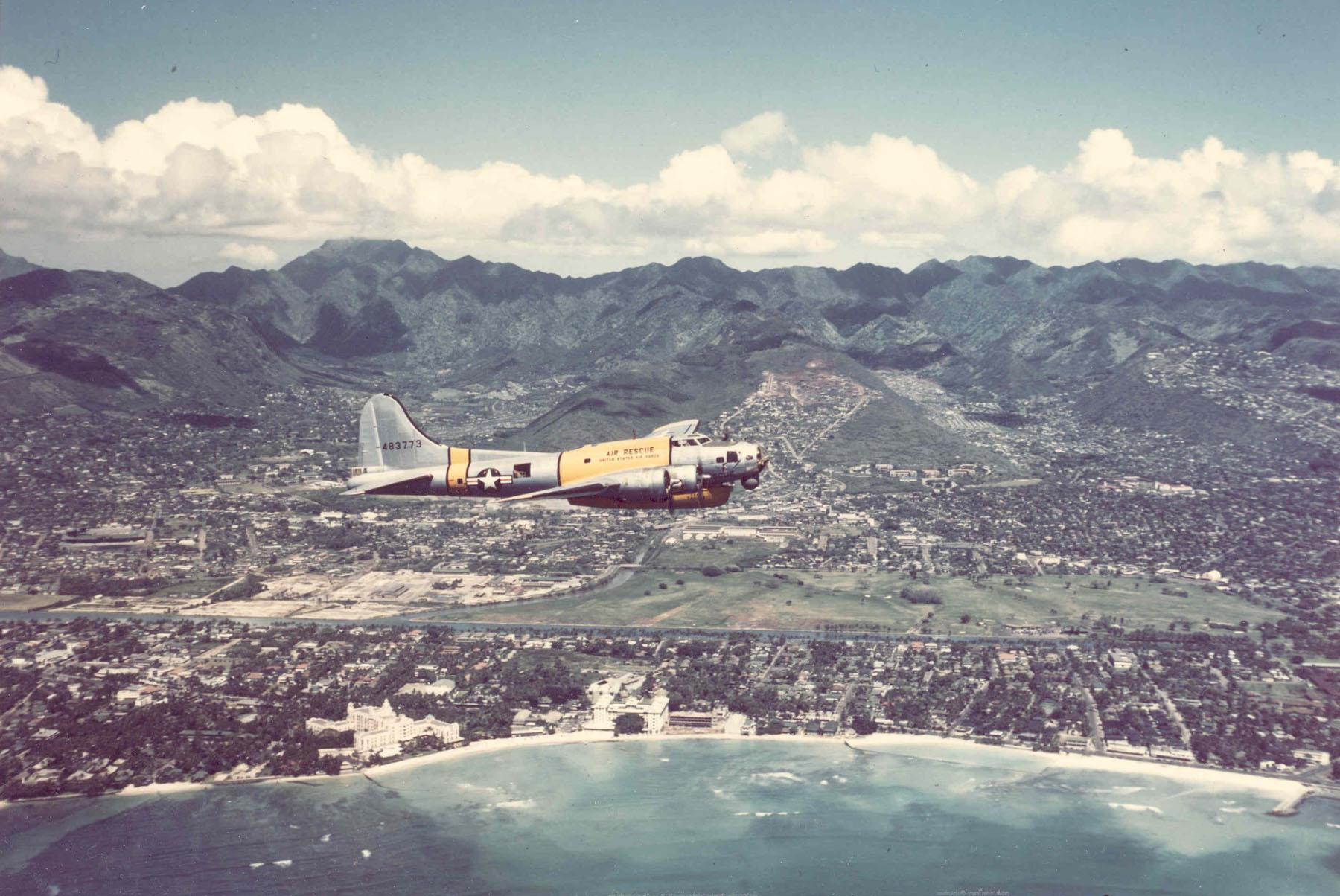 ratownicze b-17 | SB-17G-95-DL (S/N 44-83773) nad Oahu w okresie między drugą wojną światową a wojną koreańską (fot. US Air Force)