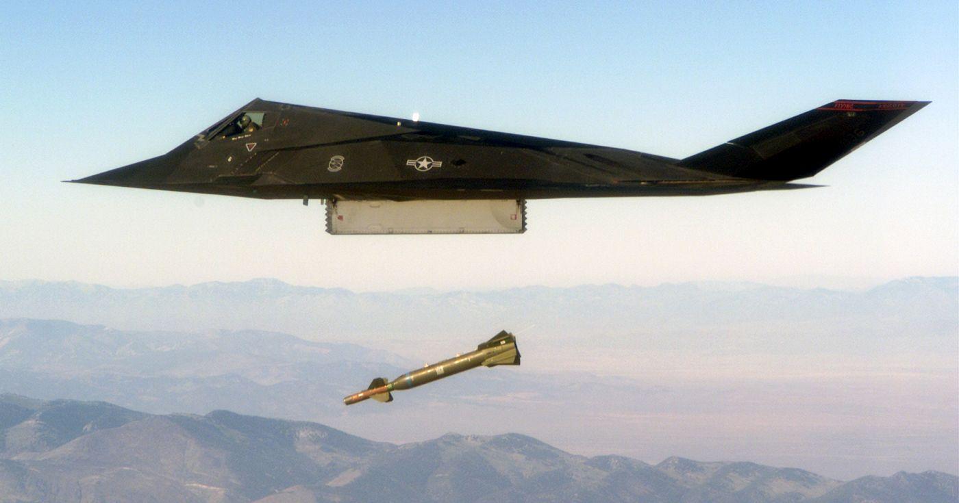 Debiut bojowy F-117 | F-117 zrzuca bombę GBU-28 (fot. USAF/ MSGT Edward Snyder)