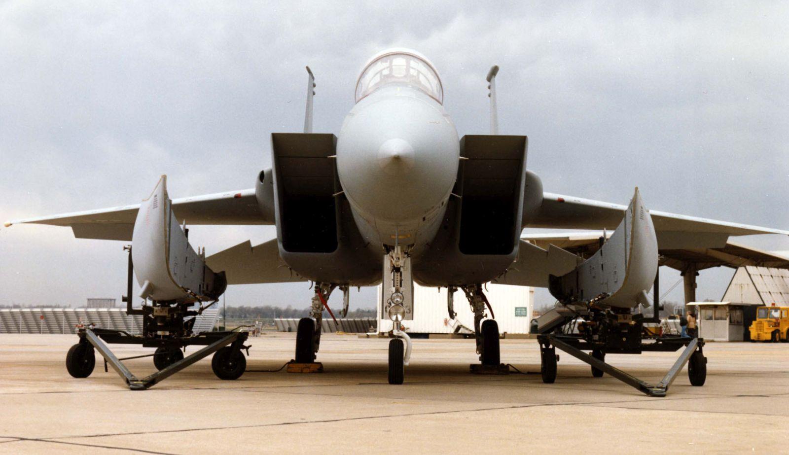 F-15 Eagle z konforemnymi zbiornikami paliwa czekającymi na zamocowanie (fot. US Air Force)