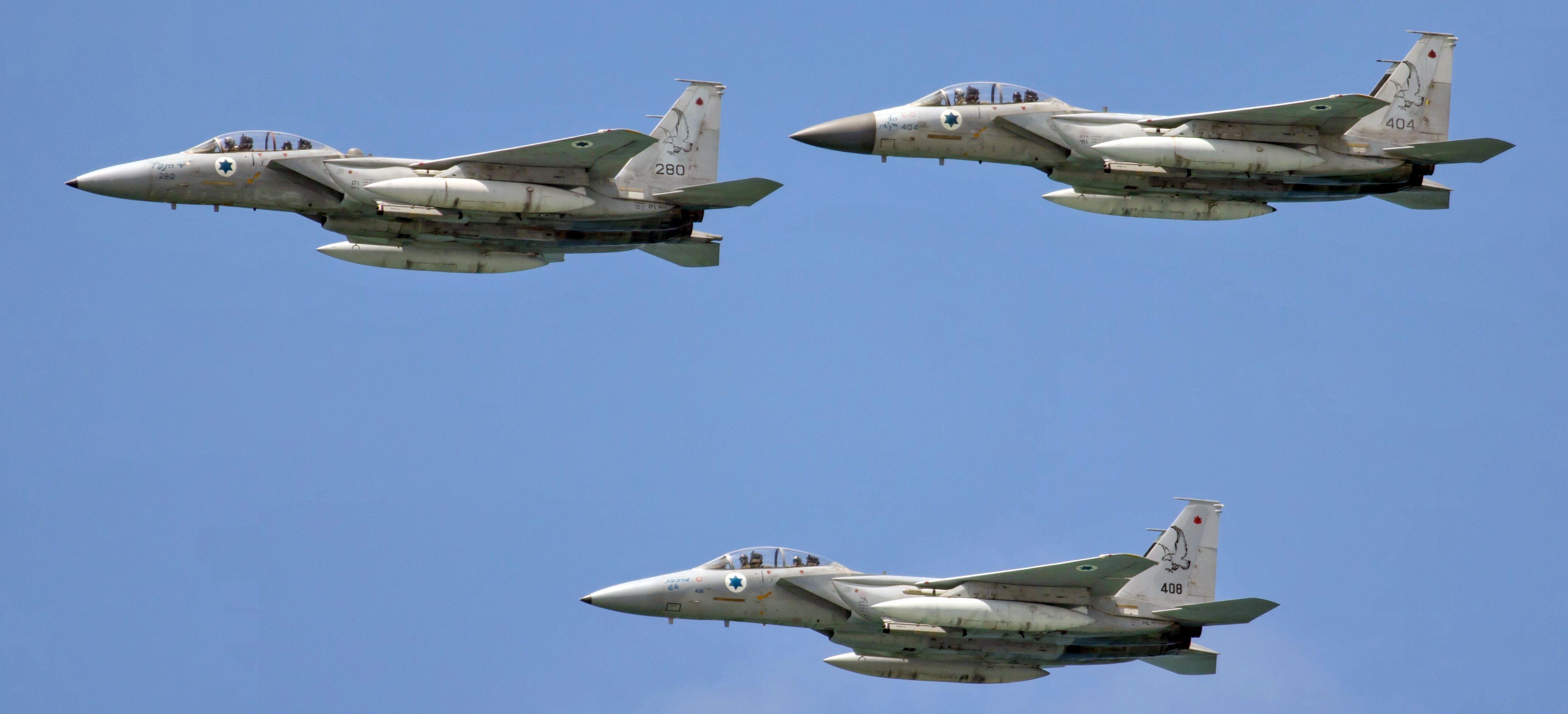 Formacja izraelskich F-15B i F-15D. Na nosach wszystkich trzech maszyn widać (zalecamy otworzenie zdjęcia w pełnej rozdzielczości) oznaczenia zwycięstw powietrznych nad myśliwcami syryjskimi. (fot. מינוזיג, Creative Commons Attribution-Share Alike 4.0 International)