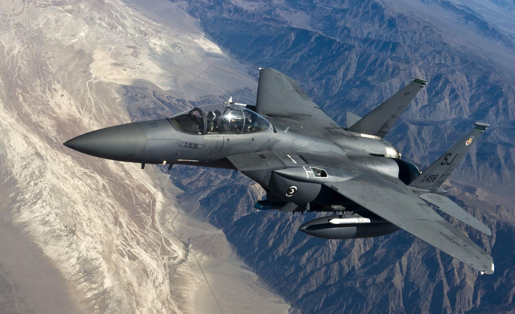 Amerykański F-15E Strike Eagle z 335. Eskadry Myśliwskiej nad stanem Nevada (fot. Senior Airman Brett Clashman / US Air Force)