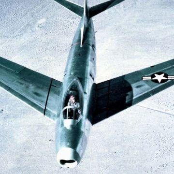 North_American_XP-86_Sabre_head-on_c1947