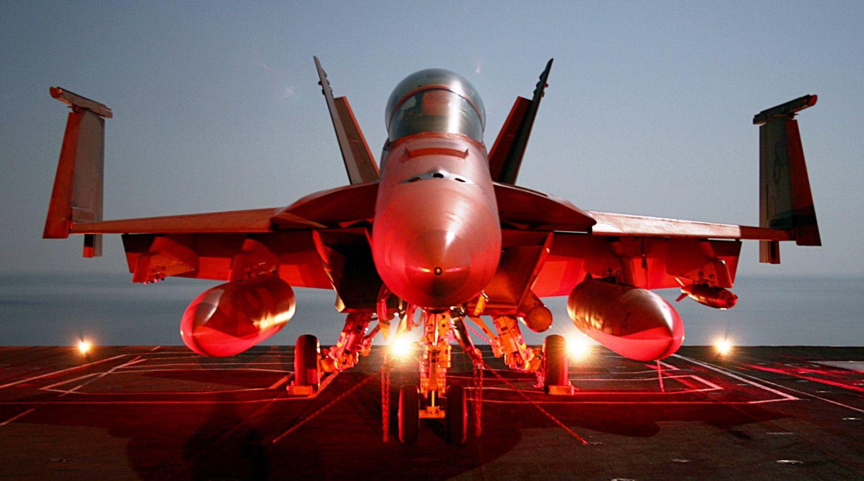 F/A-18F na pokładzie USS Dwight D. Eisenhower; dobrze widać, w którym miejscu składane są skrzydła (fot. US Navy / Petty Officer 3rd Class Jason Johnston)