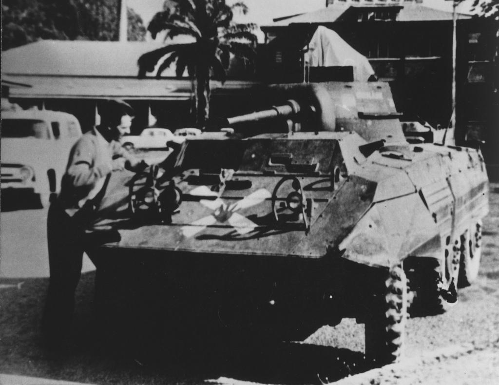 Katangijski samochód pancerny M8 Greyhound z zapasów byłej armii Konga Belgijskiego, Force Publique. Na przodzie wyeksponowany miedziany krzyż, nieoficjalne godło Państwa Katanga. Elizabethville, 1960  (fot. Africa Federation)