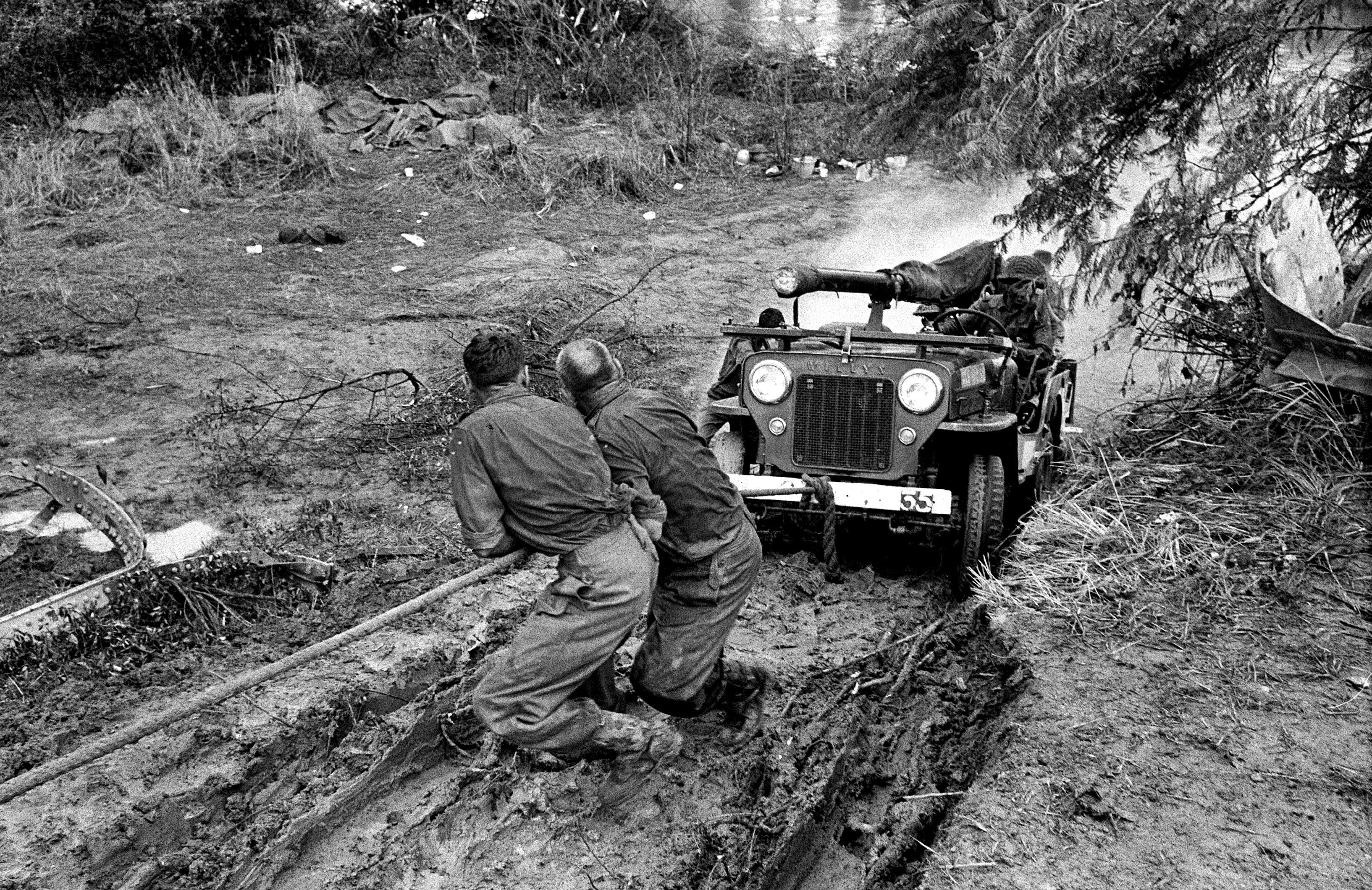 Żołnierze ONZ wyciągają z kongijskiego błota jeepa uzbrojonego w działo bezodrzutowe, bardzo szeroko rozpowszechnioną kombinację po obu stronach konfliktu w Katandze  (fot. Stowarzyszenie Miłośników Marki Jeep)
