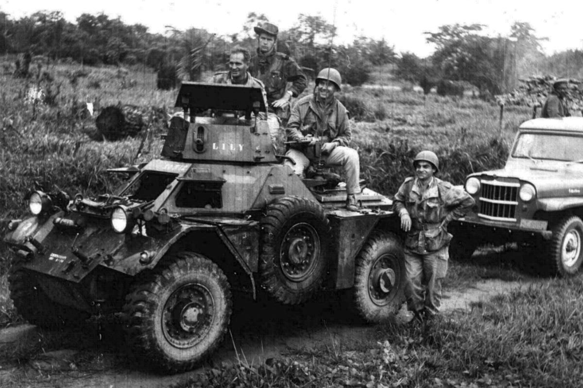 """Lekki samochód opancerzony Ferret, pozostawiony przez wojska ONZ w Kongu po wycofaniu się """"błękitnych hełmów"""" wiosną 1964 roku. Tu w składzie 6 Komando najemników, walczącego w latach 1964–1965 z rebelią """"Simba"""" na wschodzie kraju  (fot. Stowarzyszenie Miłośników Marki Jeep)"""