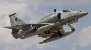 Argentina_Air_Force_Lockheed_Martin_A-4AR_Fightinghawk_Lofting-2