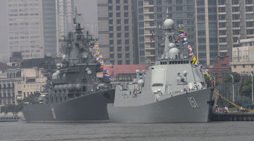 Chinese_missile_destroyer_Zhengzhou_and_Russian_missile_cruiser_Varyag