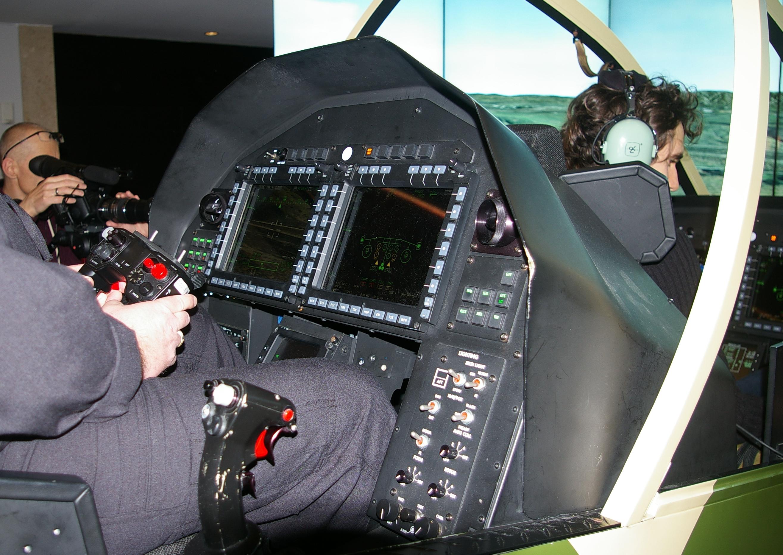 3. W AH-1Z zmieniono układ kabiny; tylny fotel zajmuje operator uzbrojenia, który do jego naprowadzania używa głównie kontrolera przypominającego pada do konsoli.
