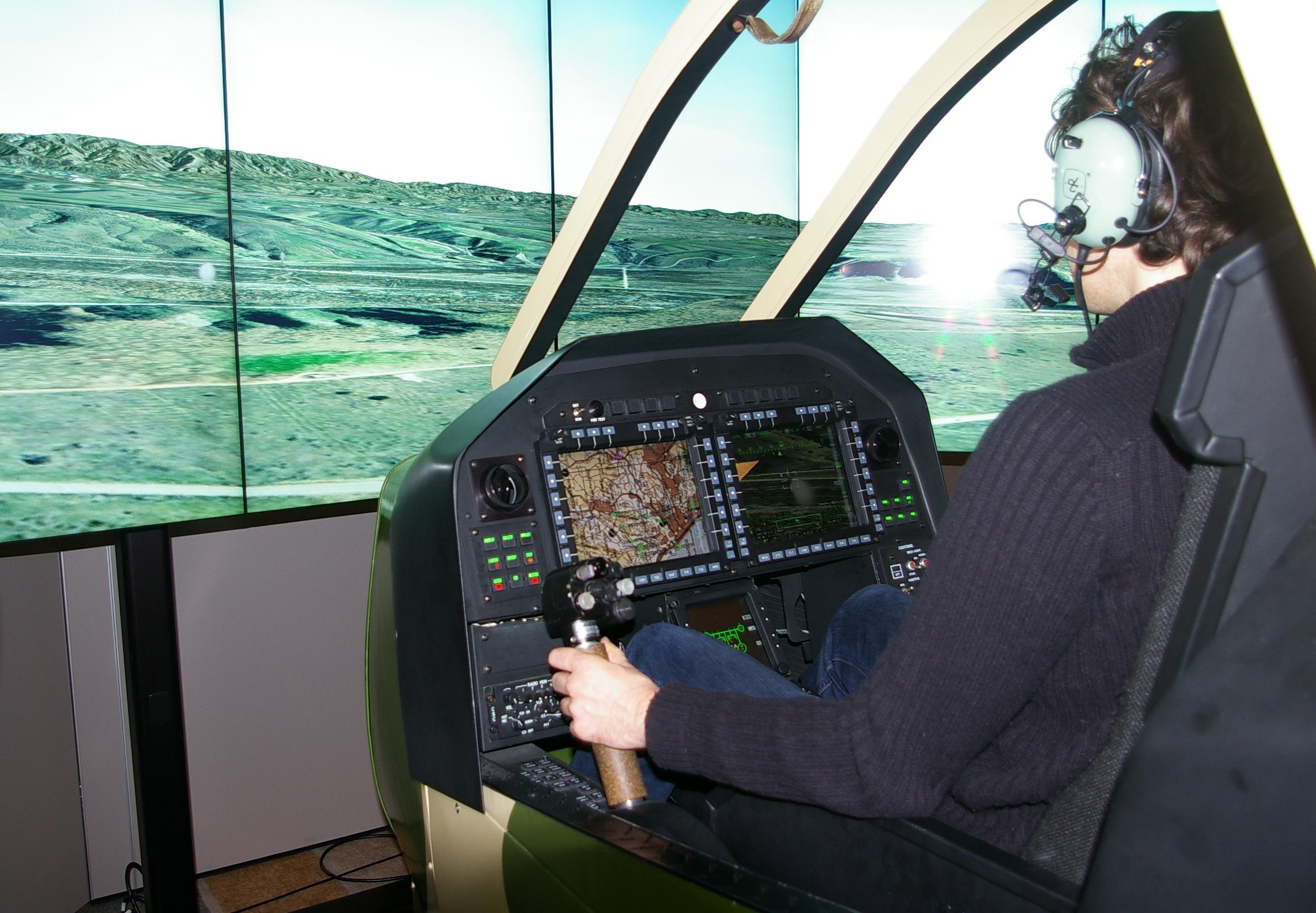 4. Odpowiedzialny za manewrowanie pilot zasiada w przednim fotelu. Ma on też ograniczone możliwości prowadzenia ognia.