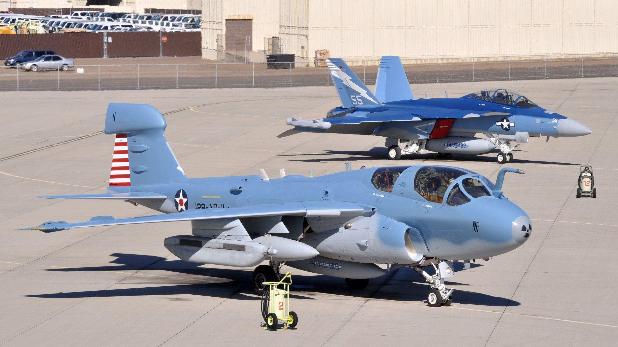 Poprzednik i następca. Prowler (na pierwszym planie) i Growler z eskadry VAQ-129. Maszyny otrzymały malowanie upamiętniające służbę amerykańskiego lotnictwa pokładowego w czasie drugiej wojny światowej (fot. US Navy / Petty Officer 2nd Class Joseph Moon)