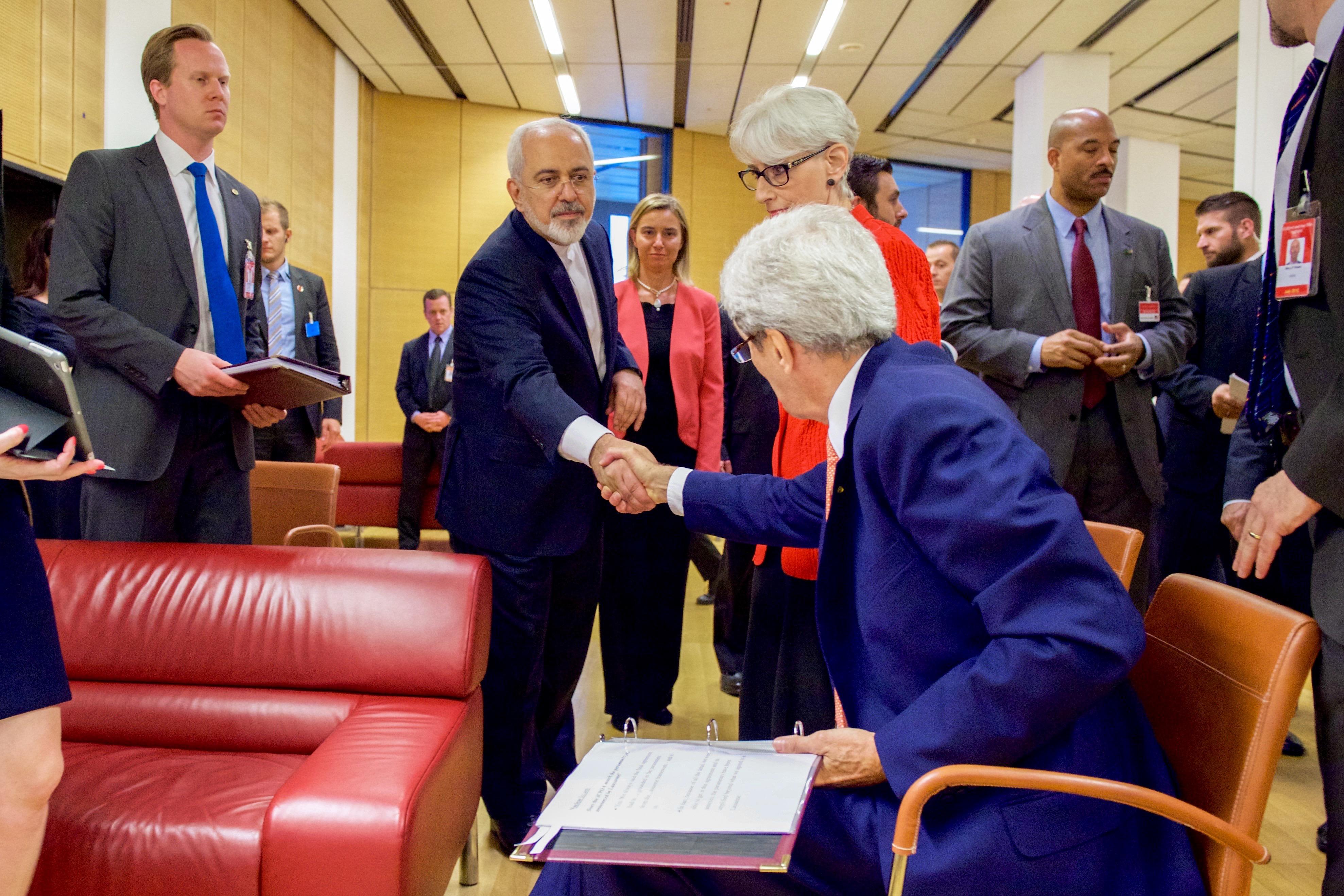 Uścisk dłoni Kerry'ego i Zarifa, 14 lipca 2015 (fot. U.S. Department of State)