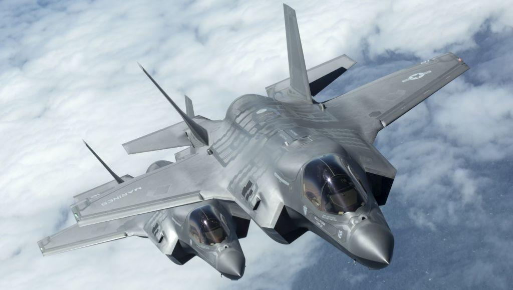 Wyżej F-35B należący do marines, niżej brytyjski. (fot. SAC Tim Laurence, RAF, MOD News Licence)