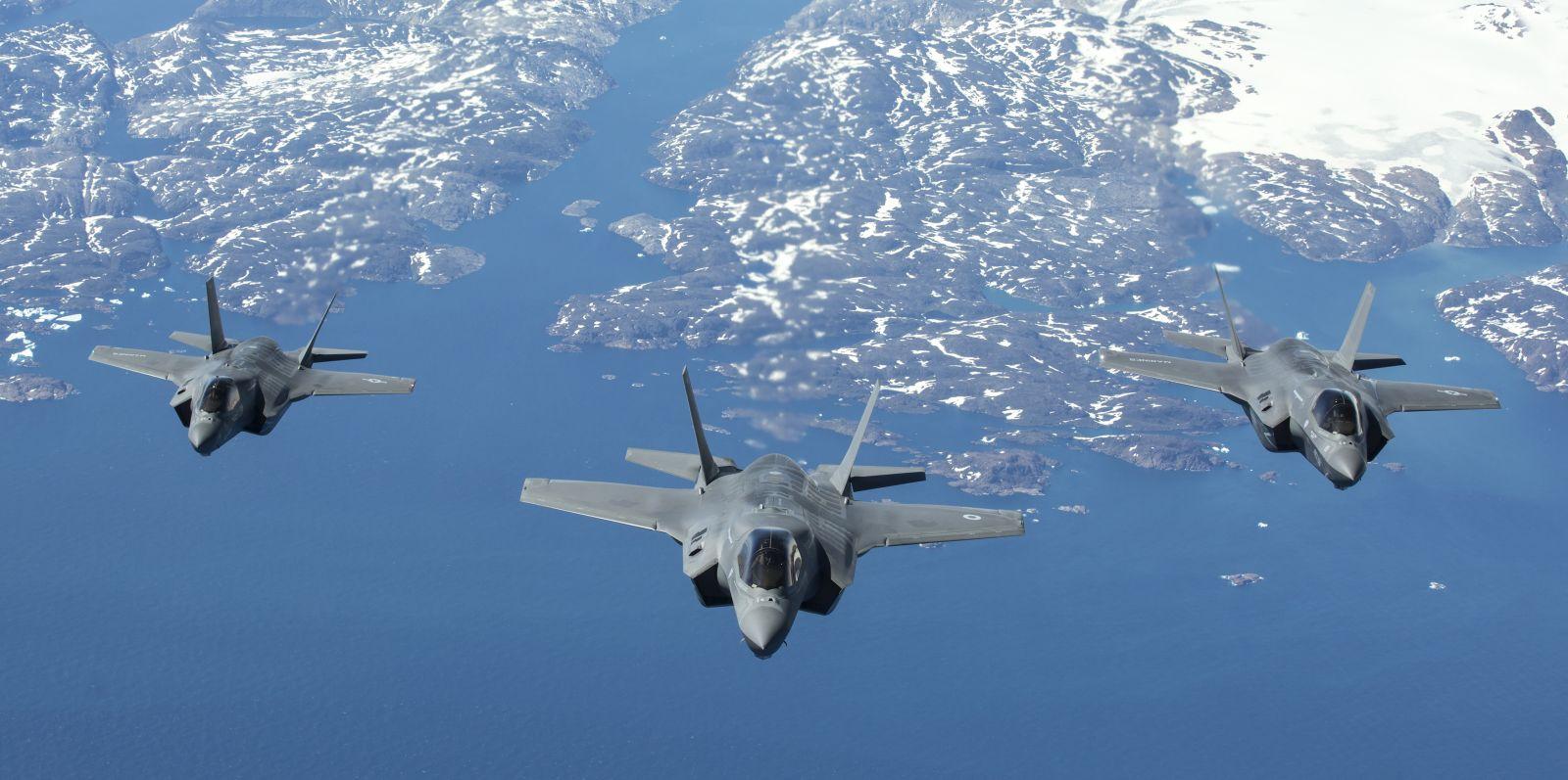 Klucz F-35B (brytyjski na pozycji prowadzącego) zbliża się do latającej cysterny. (fot. SAC Tim Laurence, RAF, MOD News Licence)