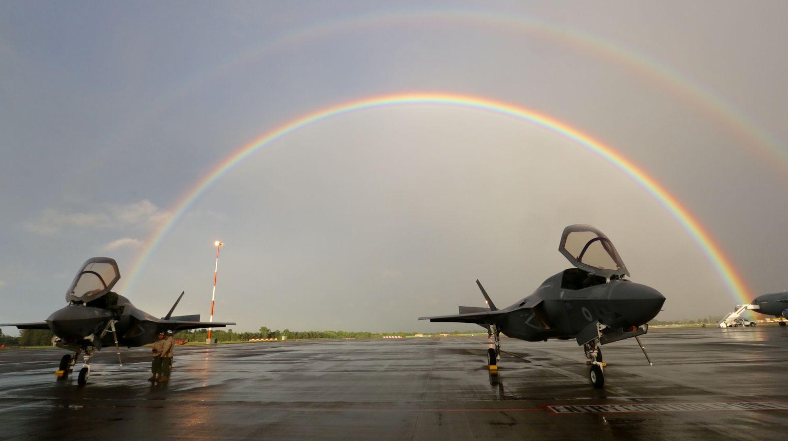 """Pogoda była typowo angielska, ale dzięki temu myśliwce powitała w Fairford, jak mawiał klasyk, """"double rainbow all the way across the sky"""". (fot. Sergeant Ross Tilly, MOD News Licence)"""