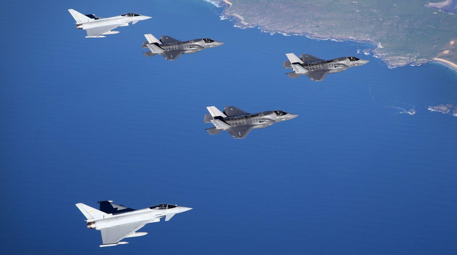 W pobliżu Wysp Brytyjskich do F-35 dołączyła para Typhoonów z 1. Eskadry RAF-u (fot. RAF / MOD News Licence)