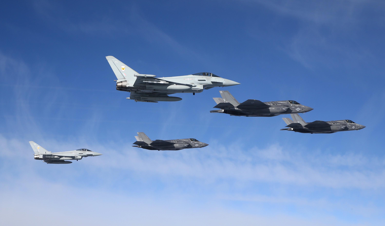 Ta sama formacja w innym ujęciu (fot. RAF / MOD News Licence)