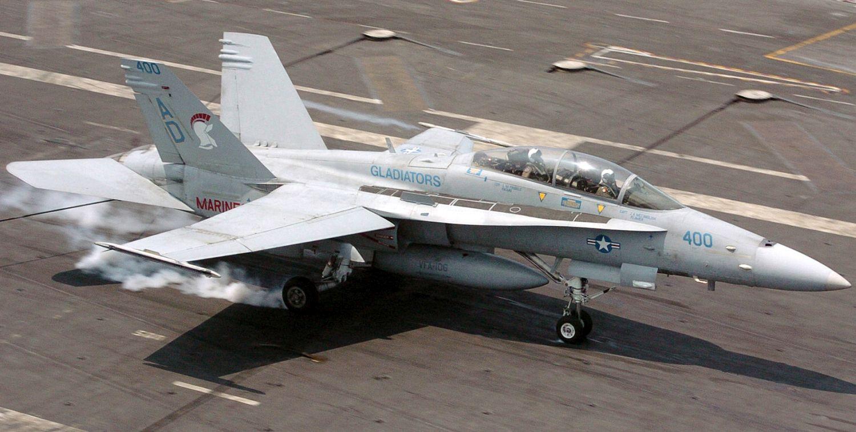 "F/A-18D Night Attack Hornet z eskadry VFA-106 ""Gladiators"" ląduje na USS Harry S. Truman (fot. US Navy / Photographer's Mate 2nd Class Aldon L. Taylor)"
