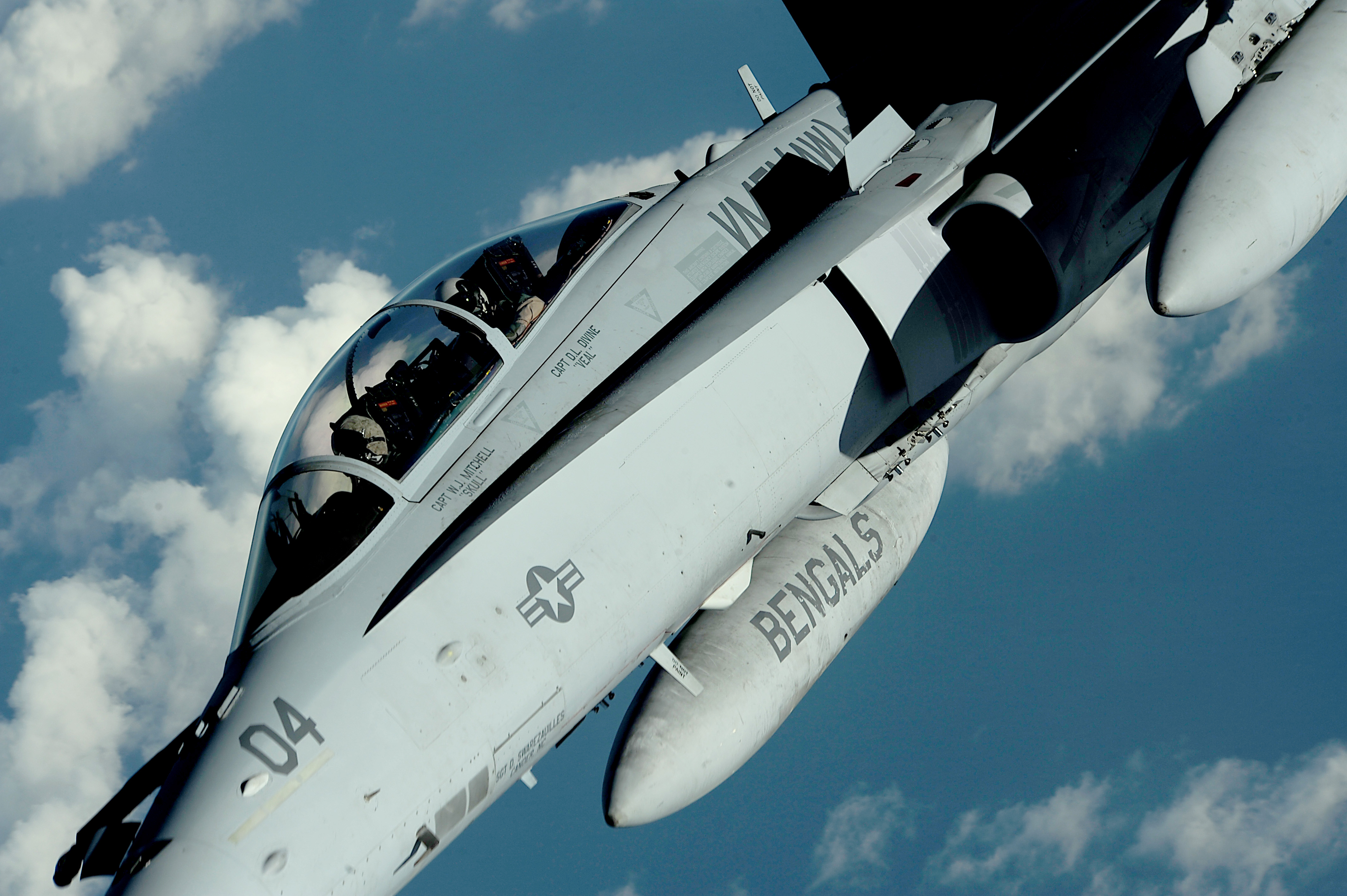 "F/A-18D z eskadry VFMA(AW)-224 ""Fighting Bengals"" oddala się od KC-135 po pobraniu paliwa. (fot. US Air Force / Master Sgt. Jeremy Lock)"