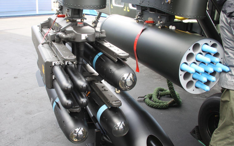 Prawa połowa jednego z możliwych wariantów uzbrojenia: trzy pociski Hellfire, cztery pociski DAGR i wyrzutnia pocisków Hydra 70 (fot. Łukasz Golowanow)