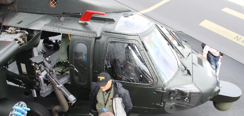 Uzbrojony Black Hawk widziany od góry. Po lewej napędowy karabin maszynowy M134, po prawej – głowica optoelektroniczna INFIRNO (fot. Łukasz Golowanow)