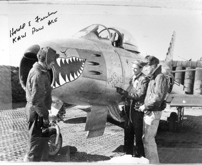 Harold Fischer (w środku) przy swoim myśliwcu o imieniu Paper Tiger