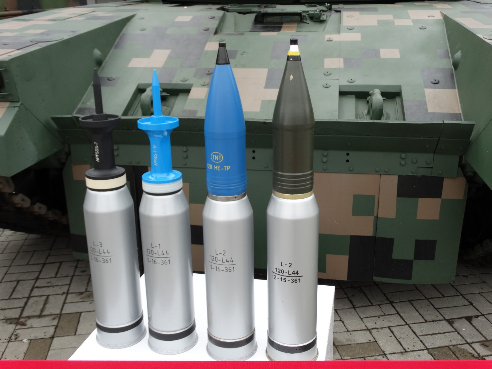 W pakiecie modernizacyjnym OBRUM i Bumar Łabędy przewidziały zastosowanie armaty TG MSP 120 (lub KBM2) kalibru 120 mm, która pozwoli na wykorzystanie standardowej amunicji NATO, w tym przeciwpancernej DM53/DM63 o zwiększonej przebijalności oraz programowalnej typu ABM (Airburst Munition). Producentem amunicji będzie Huta Stalowa Wola