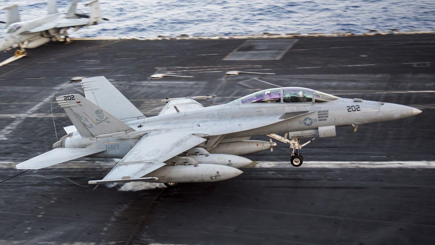 """Super Hornet w konfiguracji """"5 Wet"""". Mała cyfra """"5"""" na zasobniku do tankowania oznacza wersję wzmocnioną, specjalnie przystosowaną do użytku na F/A-18E/F (U.S. Navy / Mass Communication Specialist 3rd Class Justin R. Pacheco)"""