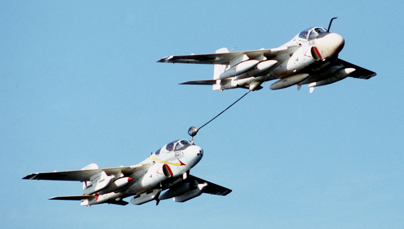 "Luty 1982 roku. KA-6D Intruder z eskadry VA-165 ""Boomers"" podaje paliwo  EA-6B z eskadry VAQ-134 ""Garudas"". (US Navy)"