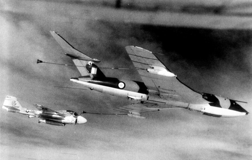 KA-6D Intruder z eskadry VA-65 tankuje z brytyjskiego samolotu cysterny Handley Page Victor K.1  (US Navy)