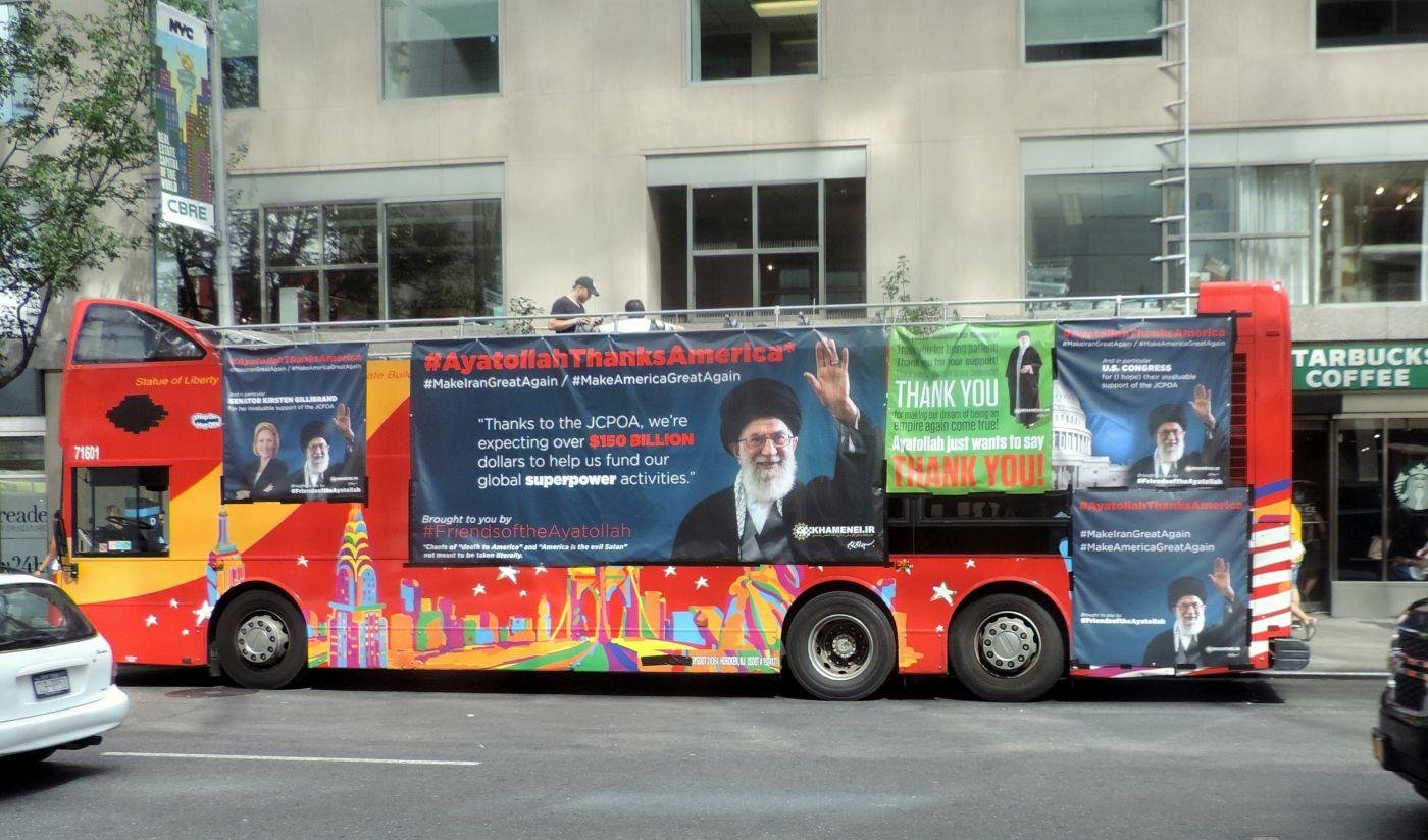 Autobus w Nowym Jorku obwieszony afiszami z rzekomymi wypowiedziami Chameneia cieszącego się z JCPOA. Reklamę wykupił nowojorski radny Dov Hikind (demokrata), zaprzysięgły przeciwnik porozumienia (Jim.henderson, Creative Commons CC0 1.0 Uniwersalna Licencja Domeny Publicznej)