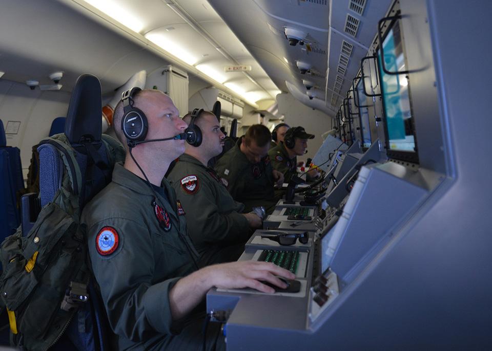 Operatorzy systemów elektronicznych na pokładzie Poseidona (materiały prasowe Boeinga)