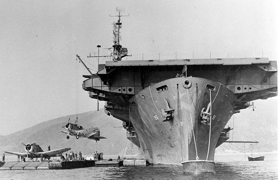 Załadunek bombowców nurkujących Douglas SBD Dauntless do transportu na pokładzie USS Bismarck Sea