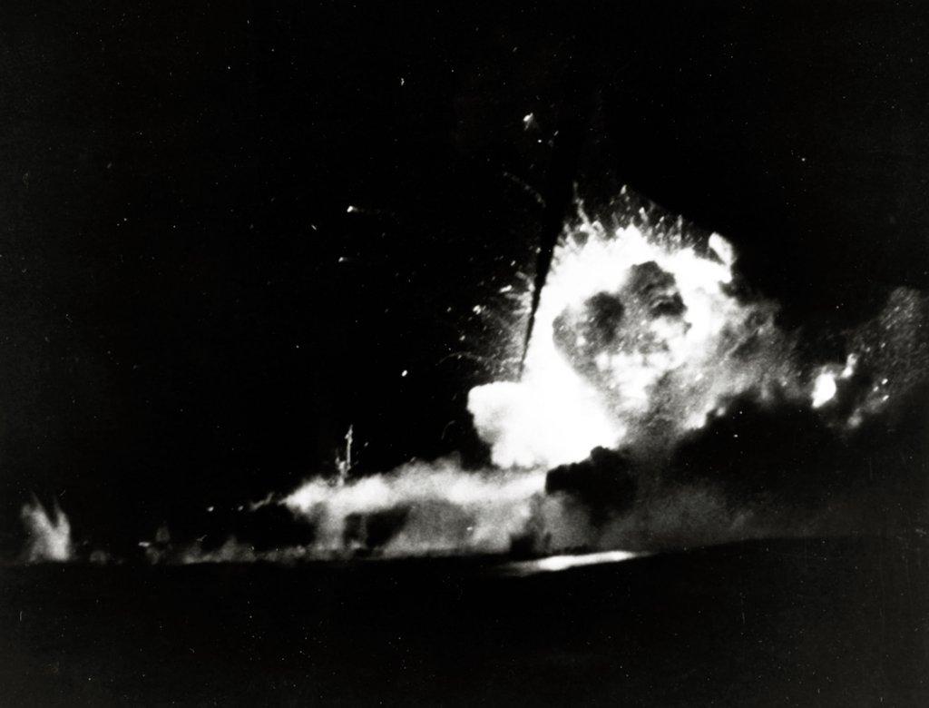 Eksplozja na USS Bismarck Sea, prawdopodobnie po uderzeniu drugiego kamikaze. Zdjęcie wykonano z pokładu USS Saginaw Bay (CVE-82)