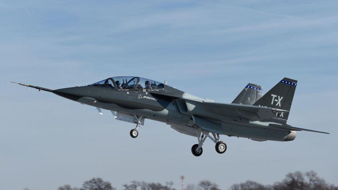 pierwszy lot boeing T-X