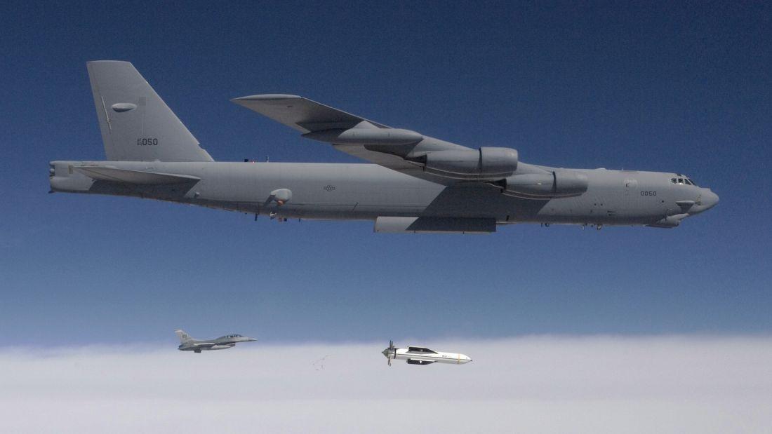 Zrzut bomby GBU-57 Massive Ordnance Penetrator z B-52 Stratofortressa (fot. DoD)