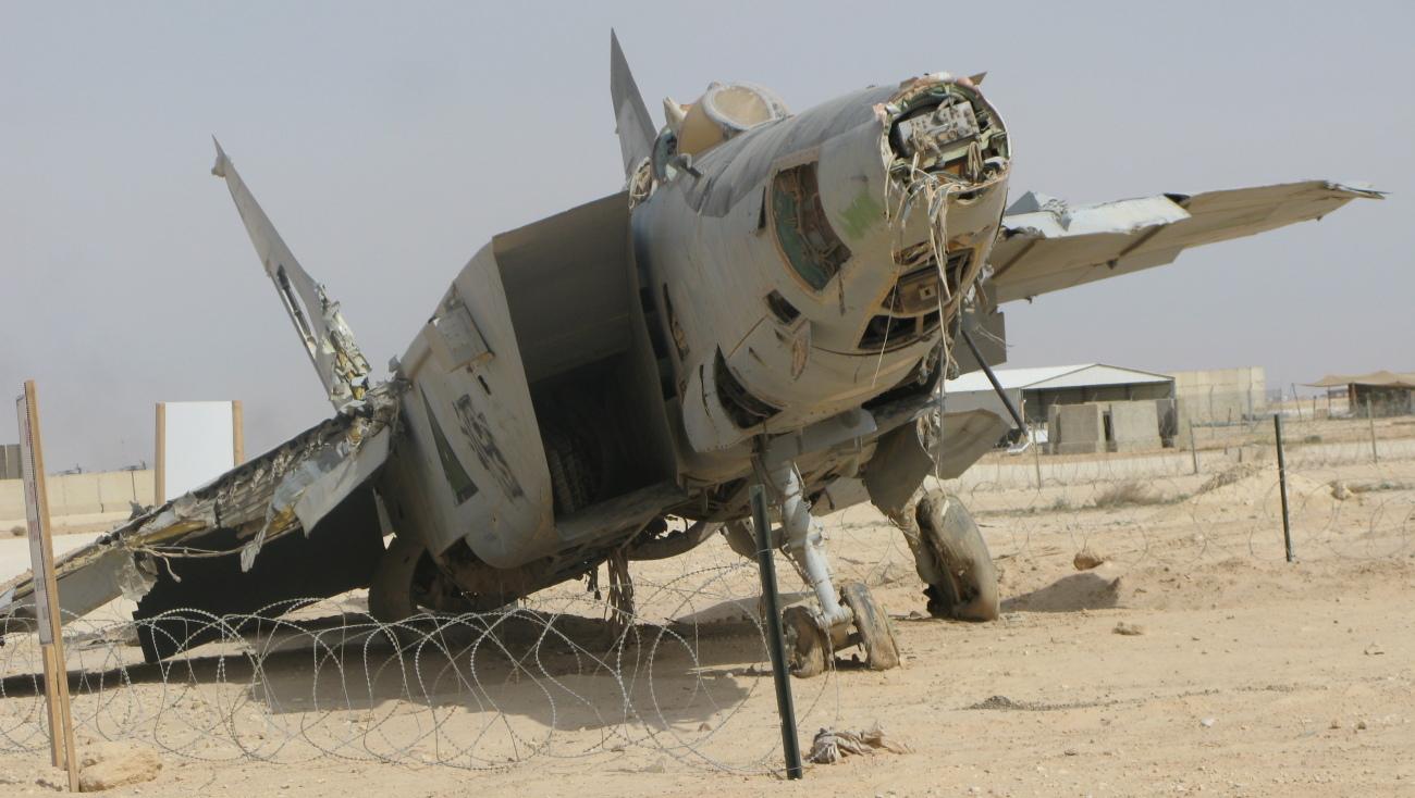 Hornet kontra MiG-25 Wrak irackiego MiG-a-25 na lotnisku Al-Asad; zdjęcie z 2009 roku (fot. Bahamut0013, Creative Commons Attribution-Share Alike 3.0 Unported)