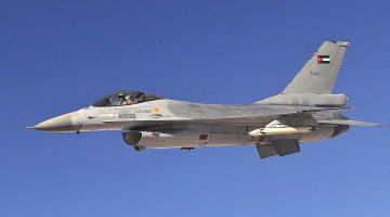 Jordanian_F-16_Fighting_Falcon_aircraft_with_Squadron_One_flies_an_air_refueling_mission_(cropped)