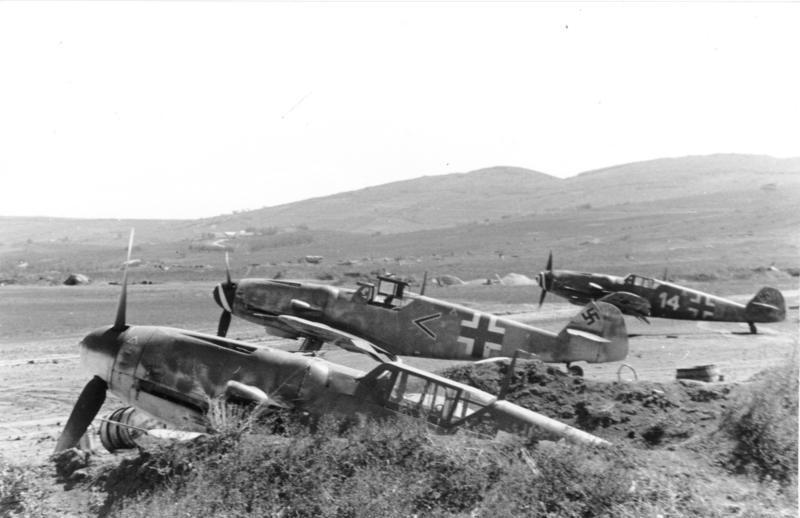 Bf 109 z I./JG 52 na lotnisku polowym na Ukrainie; zdjęcie z 1944