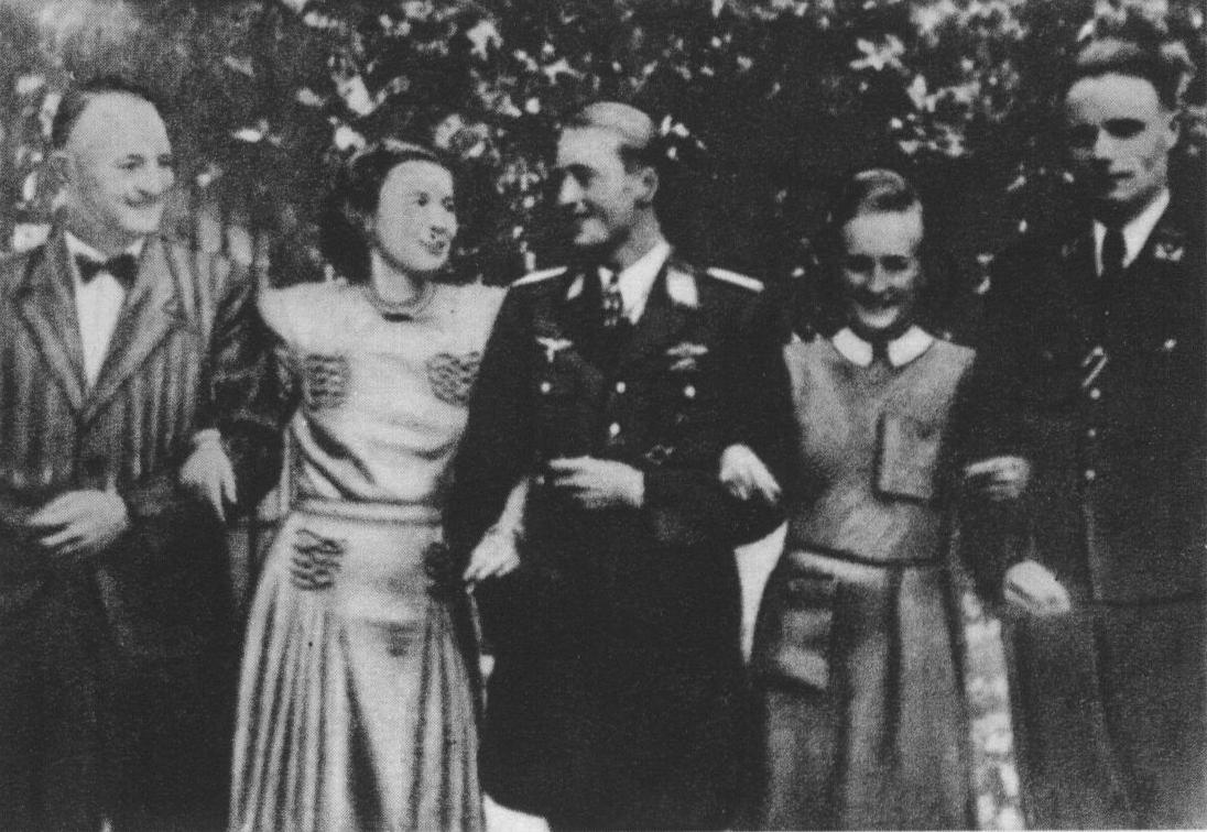 Johannes Steinhoff (w środku) w okupowanej Warszawie. Pierwszy z lewej Ludwig Hahn, komendant SD i policji bezpieczeństwa na dystrykt warszawski oraz szwagier Steinhoffa