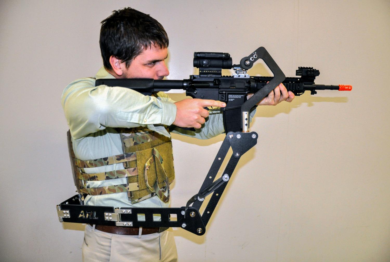 Mechaniczne ramię w całej okazałości, zastosowane z karabinkiem M4 (US Army)