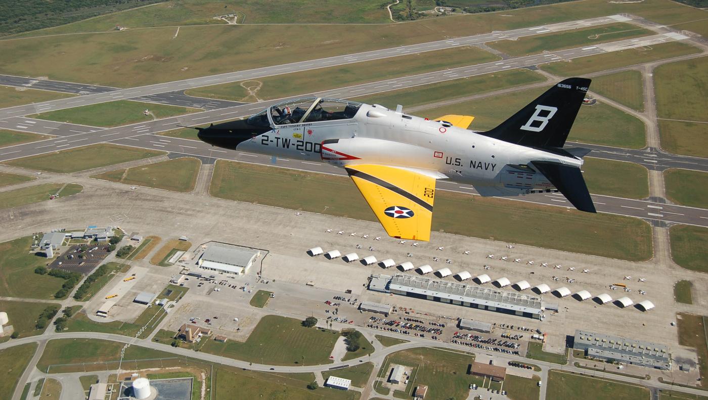 T-45 w specjalnym malowaniu z okazji stulecia lotnictwa US Navy nad bazą Kingsville, październik 2010 (US Navy / Lt. Cmdr. Gabe Pincelli)