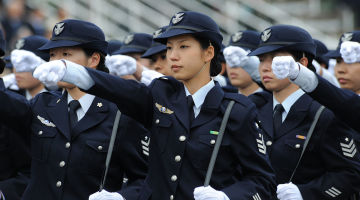 1280px-平成22年度観閲式(H22_Parade_of_Self-Defense_Force)_(10219237515)